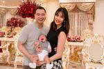 Vợ chồng Lan Khuê tươi như hoa đón năm mới nhưng biểu cảm của quý tử mới chiếm spotlight