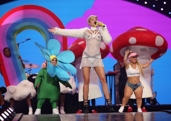 Miley Cyrus, Nicki Minaj và dàn sao diện đồ hở hang nhất 10 năm qua-3