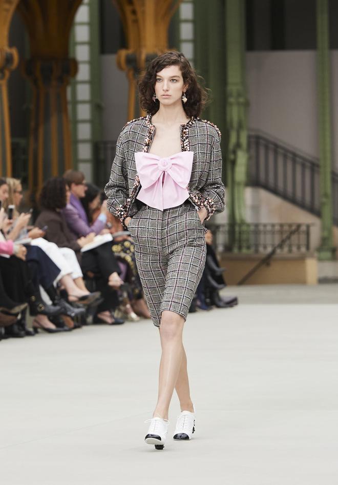 Phượng Chanel lấn át Ngọc Trinh với phong cách cô hầu gái dù diện set đồ trăm triệu-4
