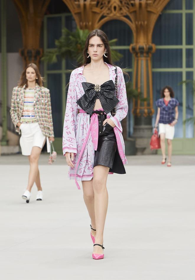 Phượng Chanel lấn át Ngọc Trinh với phong cách cô hầu gái dù diện set đồ trăm triệu-3
