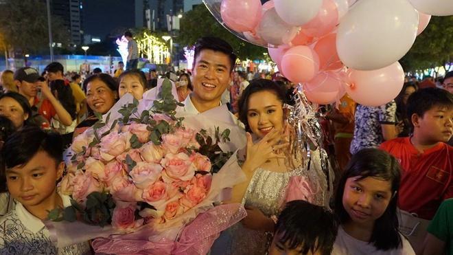 Bộ ba trung vệ tuyển Việt Nam cầu hôn, tỏ tình bạn gái lãng mạn-1
