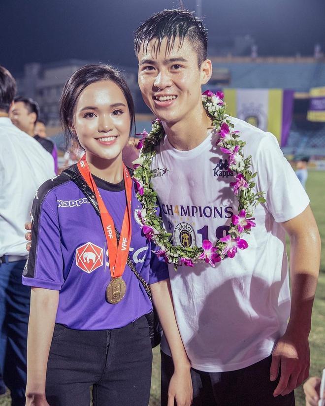 Bộ ba trung vệ tuyển Việt Nam cầu hôn, tỏ tình bạn gái lãng mạn-2