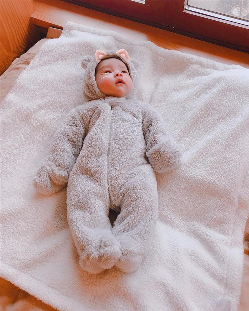 Hoa hậu Phạm Hương khoe ảnh con trai lúc tròn 1 tháng tuổi, dân mạng phát sốt vì bé quá đáng yêu-2