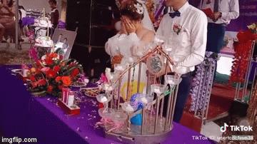 Clip: Chú rể bật nắp rượu bay vào mặt cô dâu nhưng hành động sau đó mới đáng bàn-1