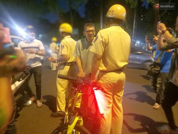Người đi xe đạp bối rối vì bị kiểm tra nồng độ cồn, người đi xe máy uống 2 lon bia bị phạt 4,5 triệu: Xe tôi mua 5 triệu, chắc bỏ luôn-4