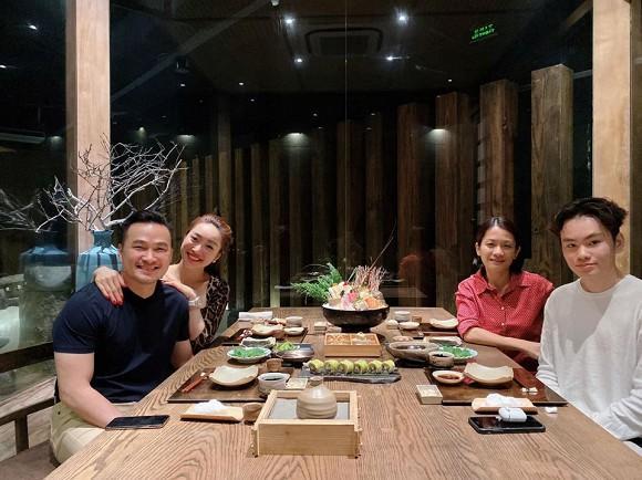 Diễn viên Chi Bảo lần đầu tiên đăng ảnh đưa người yêu đi ăn cùng con trai và vợ cũ-5