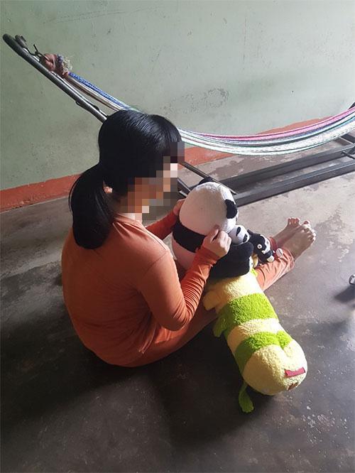 Cô gái thiểu năng bị 2 cha con dượng thay nhau hãm hiếp dẫn tới có thai-1