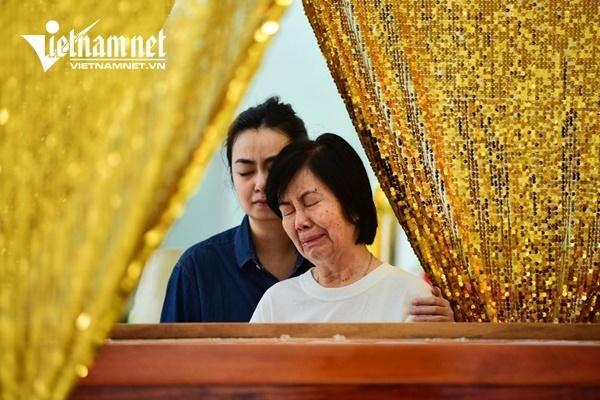 Vợ nghệ sĩ Nguyễn Chánh Tín khóc nức nở bên linh cữu chồng-2