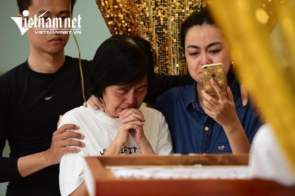 Vợ nghệ sĩ Nguyễn Chánh Tín khóc nức nở bên linh cữu chồng-3