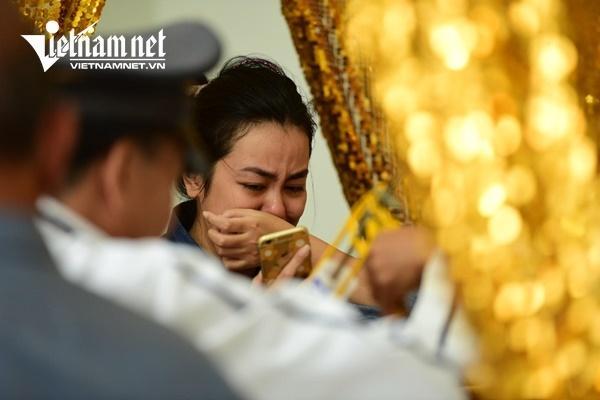 Vợ nghệ sĩ Nguyễn Chánh Tín khóc nức nở bên linh cữu chồng-4