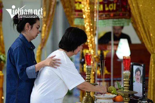 Vợ nghệ sĩ Nguyễn Chánh Tín khóc nức nở bên linh cữu chồng-6