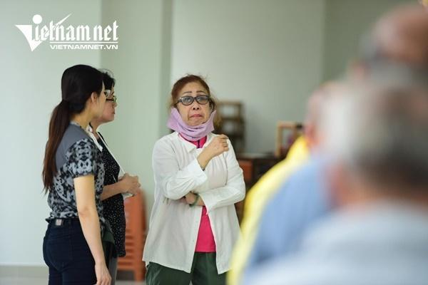 Vợ nghệ sĩ Nguyễn Chánh Tín khóc nức nở bên linh cữu chồng-7