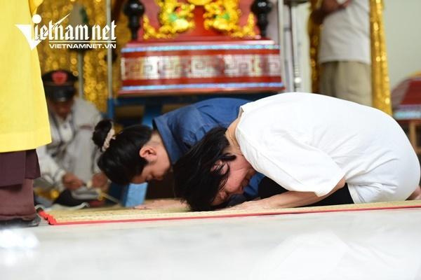 Vợ nghệ sĩ Nguyễn Chánh Tín khóc nức nở bên linh cữu chồng-8