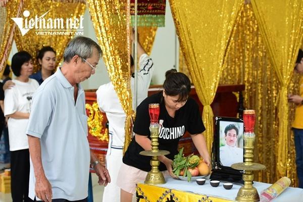 Vợ nghệ sĩ Nguyễn Chánh Tín khóc nức nở bên linh cữu chồng-9