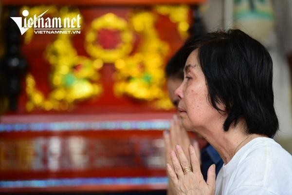 Vợ nghệ sĩ Nguyễn Chánh Tín khóc nức nở bên linh cữu chồng-10
