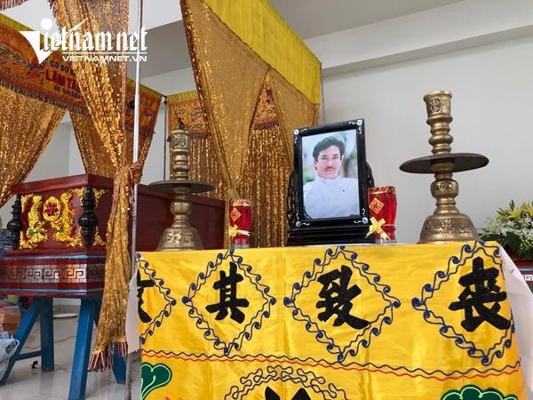 Vợ nghệ sĩ Nguyễn Chánh Tín khóc nức nở bên linh cữu chồng-11