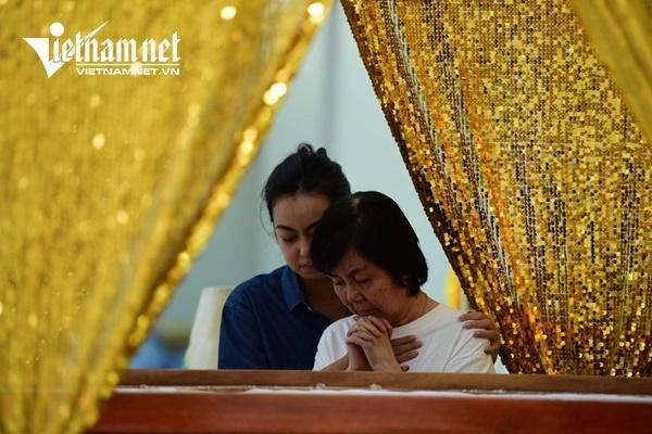 Vợ nghệ sĩ Nguyễn Chánh Tín khóc nức nở bên linh cữu chồng-12