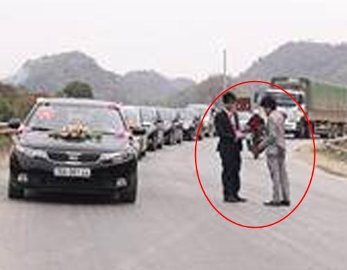 Tình cờ gặp nhau trên đường, hai cô dâu có hành động khiến quan khách ngỡ ngàng-1