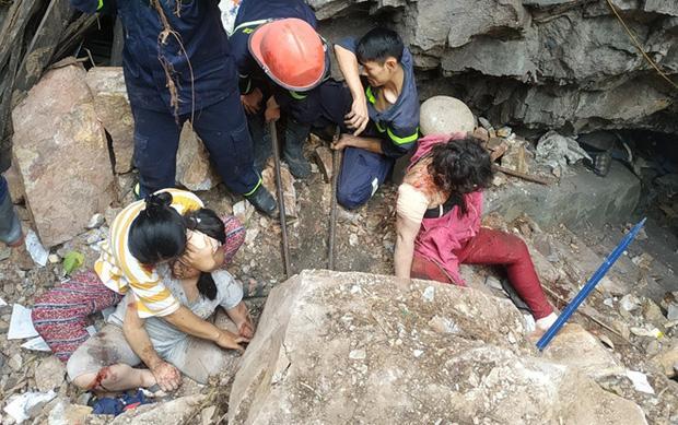 Cảnh khốn cùng của 2 mẹ con bị đá tảng lăn từ trên núi đè-1