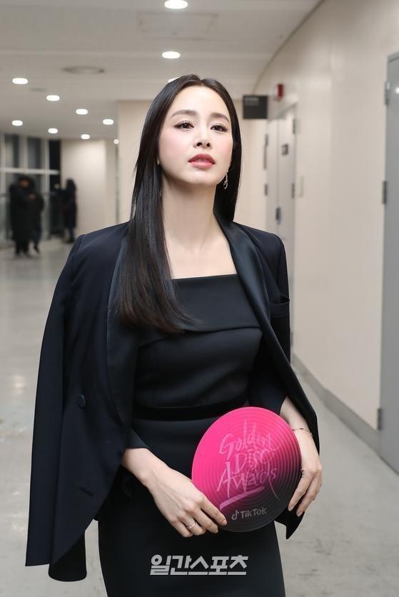 Kim Tae Hee gây thất vọng vì nhan sắc tụt dốc, thân hình kém thon thả trong lễ trao giải Golden Disc Awards 2020-1