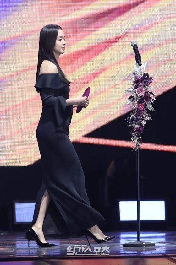 Kim Tae Hee gây thất vọng vì nhan sắc tụt dốc, thân hình kém thon thả trong lễ trao giải Golden Disc Awards 2020-5