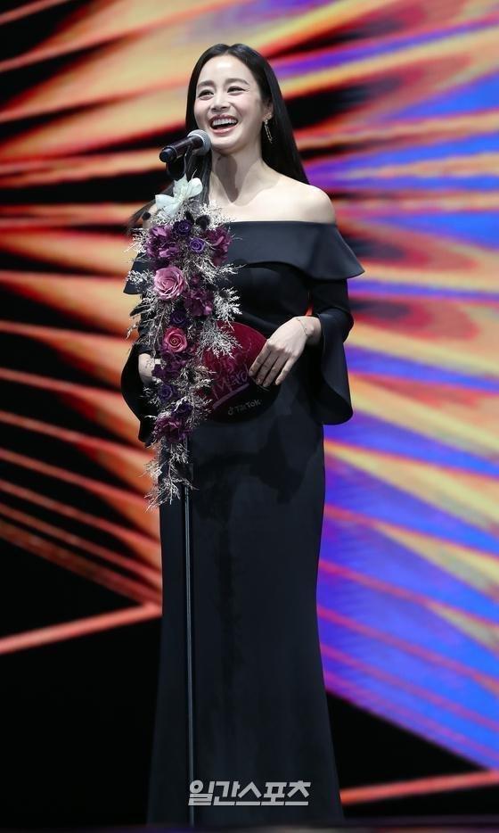 Kim Tae Hee gây thất vọng vì nhan sắc tụt dốc, thân hình kém thon thả trong lễ trao giải Golden Disc Awards 2020-6