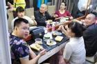 Nhìn ảnh các nghệ sĩ ăn vội vàng khi tập cho chương trình 'Gặp nhau cuối năm': Fan nhìn thấy thương!