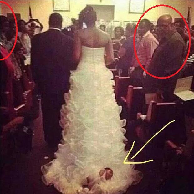 Cô dâu làm cả cộng đồng mạng phẫn nộ khi buộc con mới sinh vào đuôi váy cưới kéo lê trên lễ đường-3