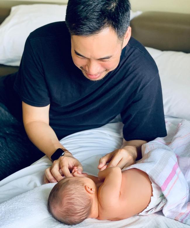 Lịm tim với khoảnh khắc ông xã bên con gái mới sinh, Shark Linh ưu ái phong cho chồng vị trí cực cao-1