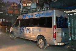 Đỗ xe chắn ngang cửa nhà người khác rồi rời đi vài tiếng, tài xế tá hỏa khi nhìn dòng chữ bị sơn trên xe