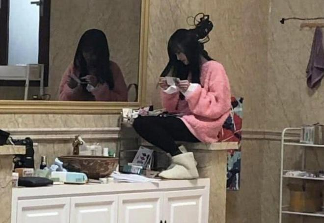 Trịnh Sảng gây tranh cãi khi ngồi lên bệ rửa tay-1