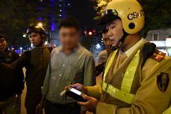 Hà Nội: Uống 2 chai bia vẫn chạy xe máy, tài xế bị CSGT xử phạt liền gọi điện xin