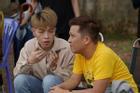 Đức Phúc tận tình chăm sóc Trường Giang trên phim trường '30 Chưa Phải Tết'