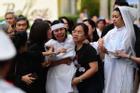 Vợ cố nghệ sĩ Chánh Tín khóc cạn nước mắt, lả trên phố khi đưa chồng đi hỏa táng