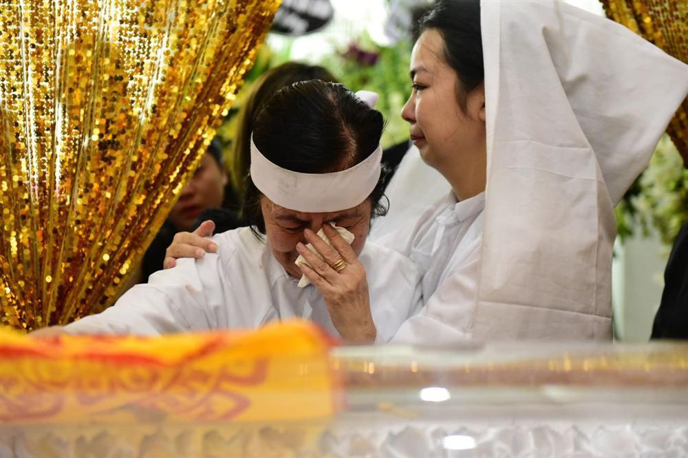 Vợ cố nghệ sĩ Chánh Tín khóc cạn nước mắt, lả trên phố khi đưa chồng đi hỏa táng-1