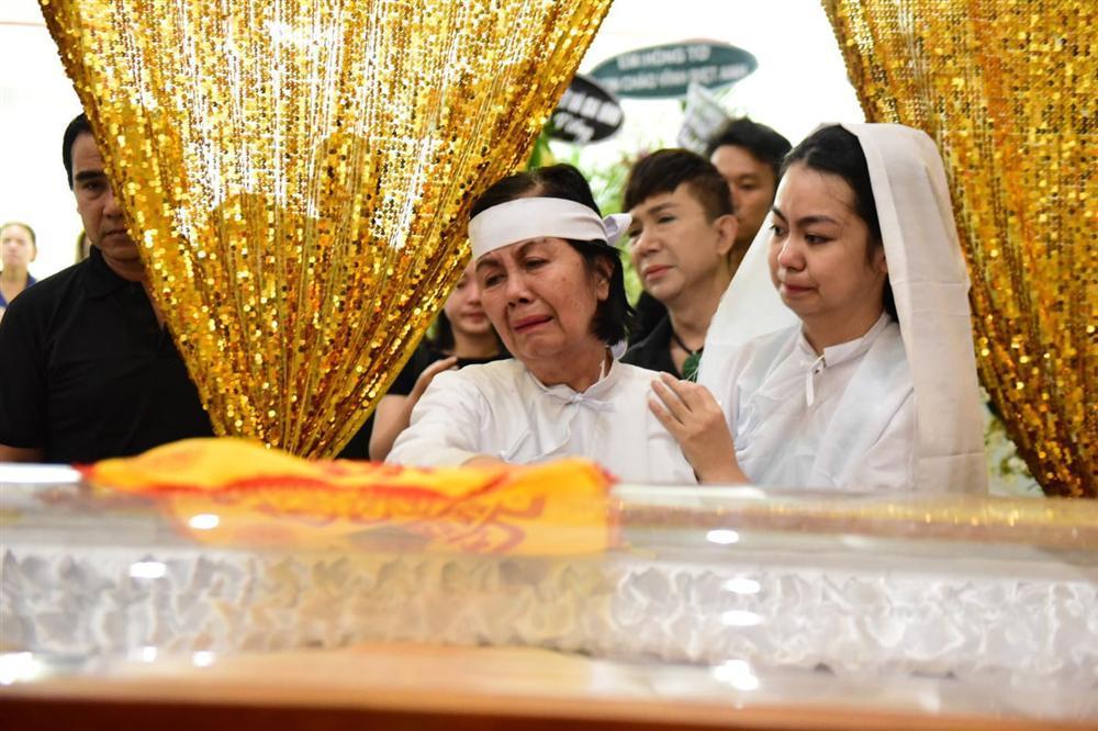 Vợ cố nghệ sĩ Chánh Tín khóc cạn nước mắt, lả trên phố khi đưa chồng đi hỏa táng-2