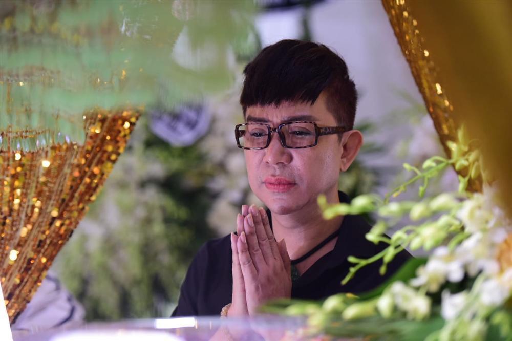 Vợ cố nghệ sĩ Chánh Tín khóc cạn nước mắt, lả trên phố khi đưa chồng đi hỏa táng-4