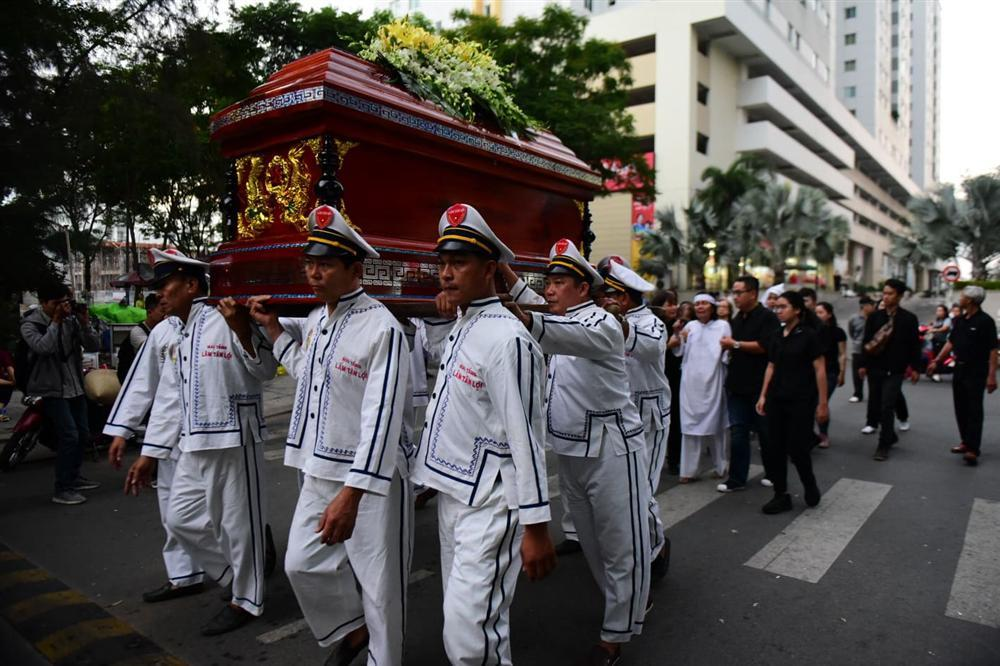 Vợ cố nghệ sĩ Chánh Tín khóc cạn nước mắt, lả trên phố khi đưa chồng đi hỏa táng-7
