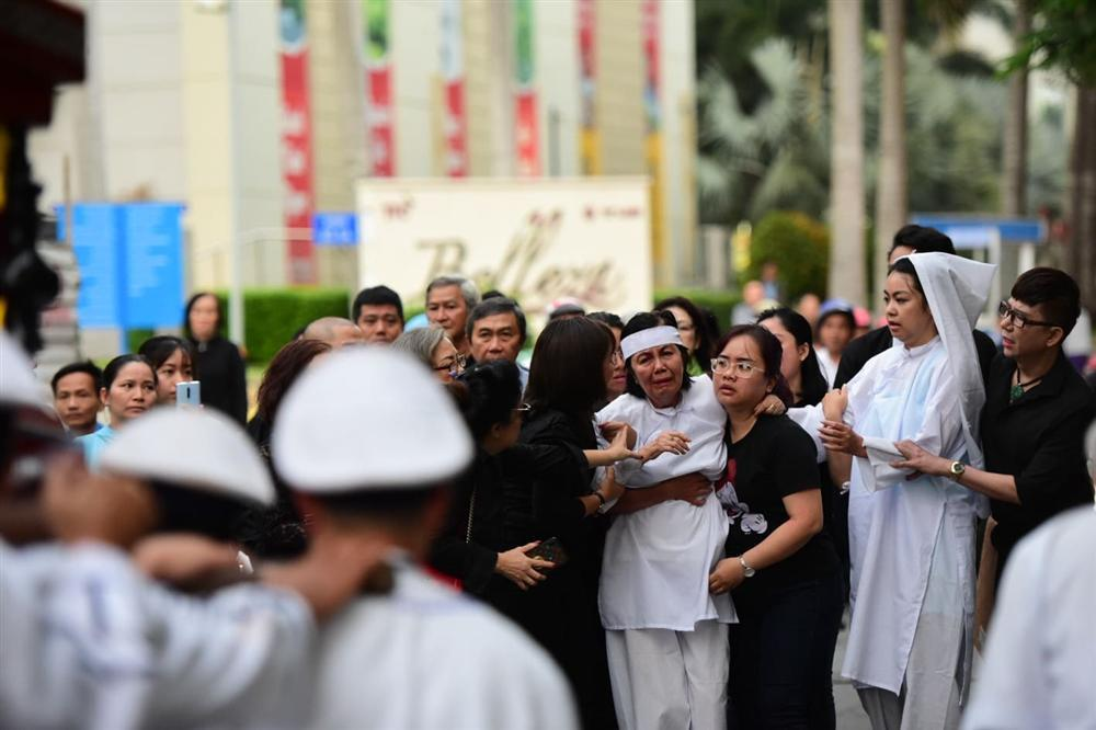 Vợ cố nghệ sĩ Chánh Tín khóc cạn nước mắt, lả trên phố khi đưa chồng đi hỏa táng-11