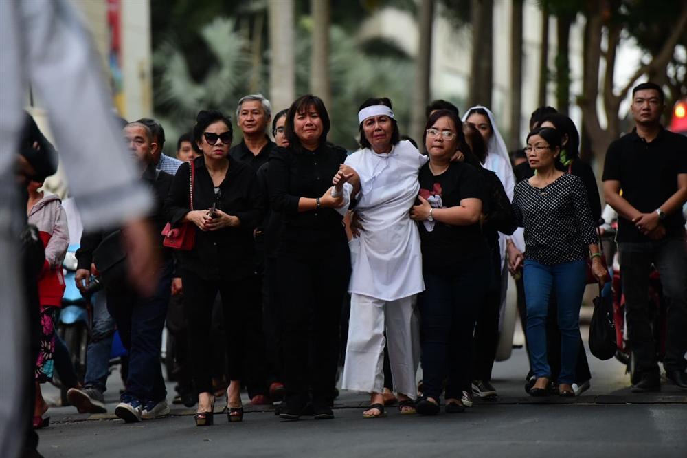 Vợ cố nghệ sĩ Chánh Tín khóc cạn nước mắt, lả trên phố khi đưa chồng đi hỏa táng-12