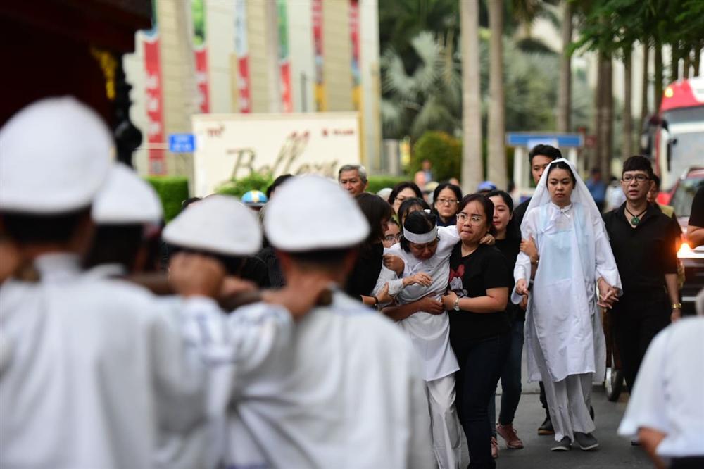Vợ cố nghệ sĩ Chánh Tín khóc cạn nước mắt, lả trên phố khi đưa chồng đi hỏa táng-13