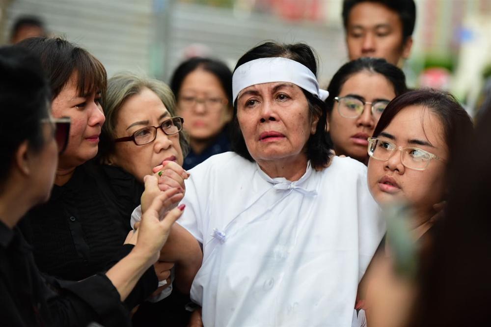 Vợ cố nghệ sĩ Chánh Tín khóc cạn nước mắt, lả trên phố khi đưa chồng đi hỏa táng-14