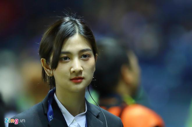 Hotgirl xứ chùa Vàng dẫn đoàn cho thầy trò HLV Park tại U23 châu Á-1