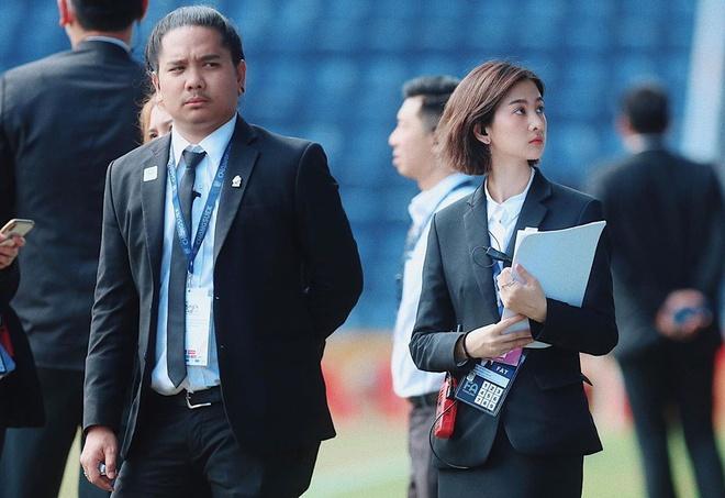 Hotgirl xứ chùa Vàng dẫn đoàn cho thầy trò HLV Park tại U23 châu Á-2