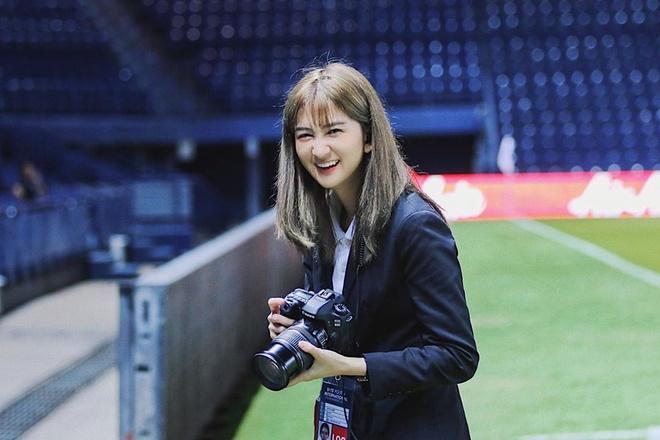 Hotgirl xứ chùa Vàng dẫn đoàn cho thầy trò HLV Park tại U23 châu Á-3