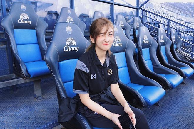 Hotgirl xứ chùa Vàng dẫn đoàn cho thầy trò HLV Park tại U23 châu Á-4