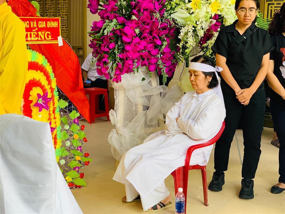 GIÂY PHÚT NGHẸN NGÀO: Con trai nghệ sĩ Chánh Tín nhìn mặt cha lần cuối, khóc òa trước quan tài-2