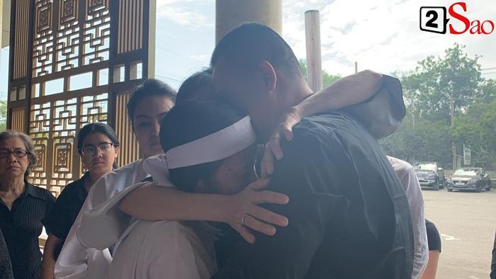 GIÂY PHÚT NGHẸN NGÀO: Con trai nghệ sĩ Chánh Tín nhìn mặt cha lần cuối, khóc òa trước quan tài-3