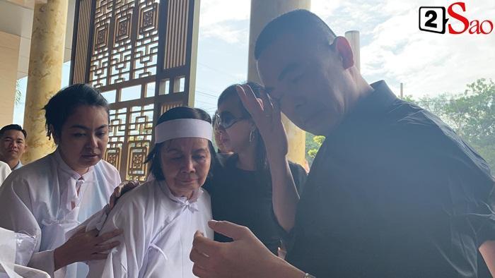 GIÂY PHÚT NGHẸN NGÀO: Con trai nghệ sĩ Chánh Tín nhìn mặt cha lần cuối, khóc òa trước quan tài-4