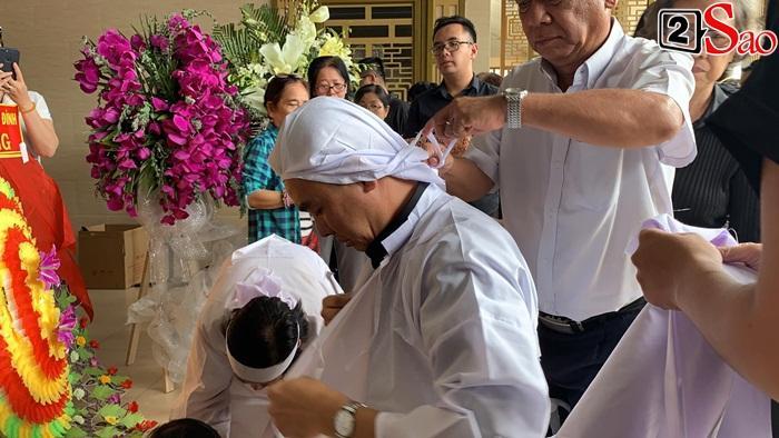 GIÂY PHÚT NGHẸN NGÀO: Con trai nghệ sĩ Chánh Tín nhìn mặt cha lần cuối, khóc òa trước quan tài-5